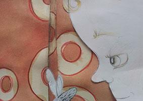 """Ein Kindergesicht, welches auf eine Fliege guckt, die gerade aus dem Bild verschwindet ( Bleistiftzeichnung auf Papier). Das alles vor der für """"Mehr als Fliegen"""" gezeichnete Aquarell-Tapete."""